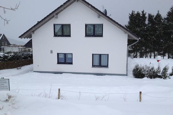 Villa moderna en Küstelberg con césped para tomar el sol