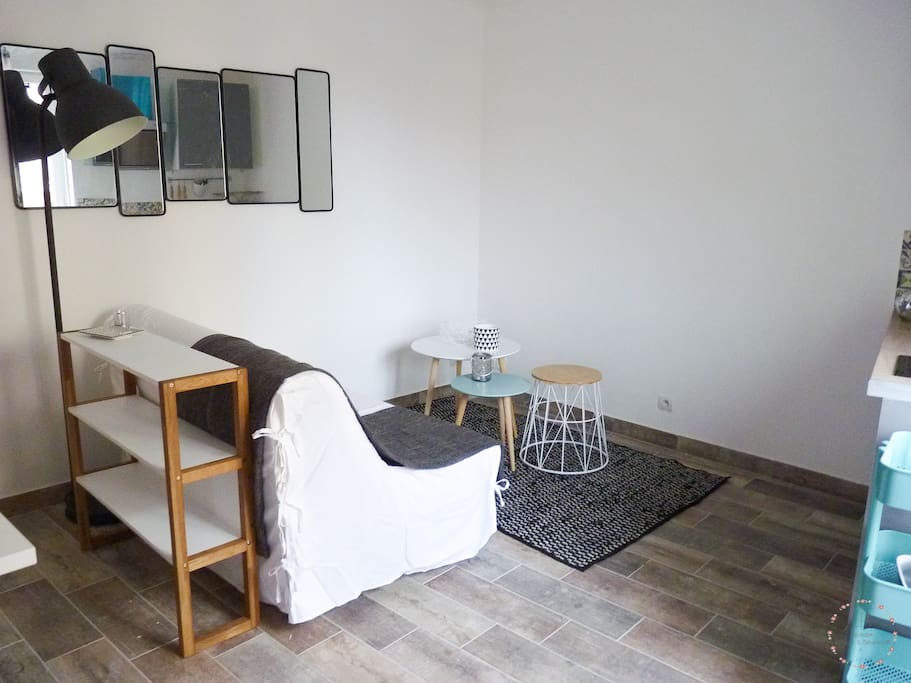 Coin salon avec canapé clic-clac literie Bultex