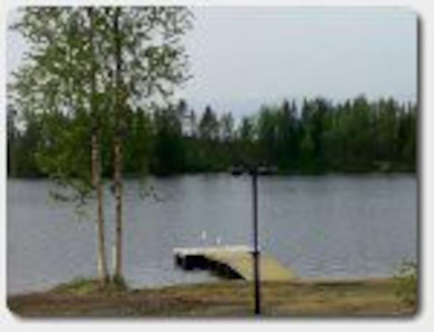 Näkymä järvelle mökin terassilta