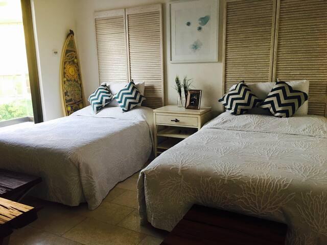 tercera recamara, dos camas matrimoniales y balcón