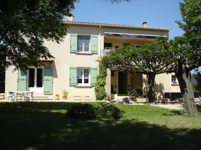 Nouveau à Séguret appart 60m2 rénové rez de jardin