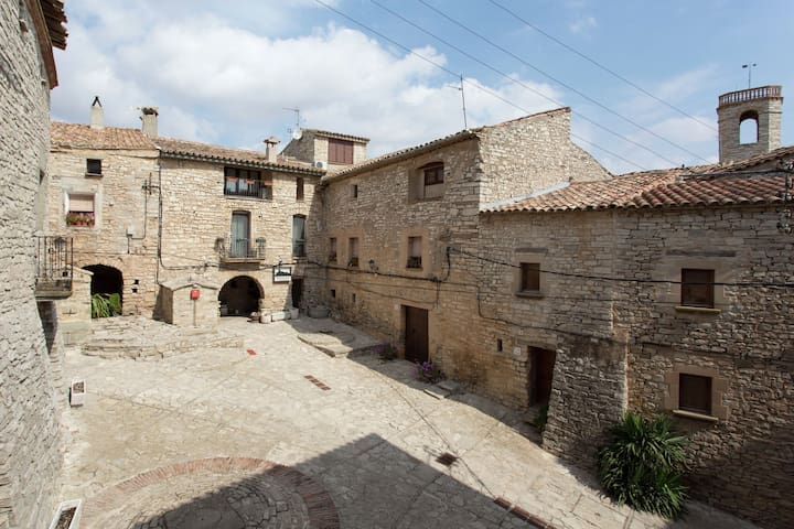 Cozy Castle in Montfalcó Murallat with Garden