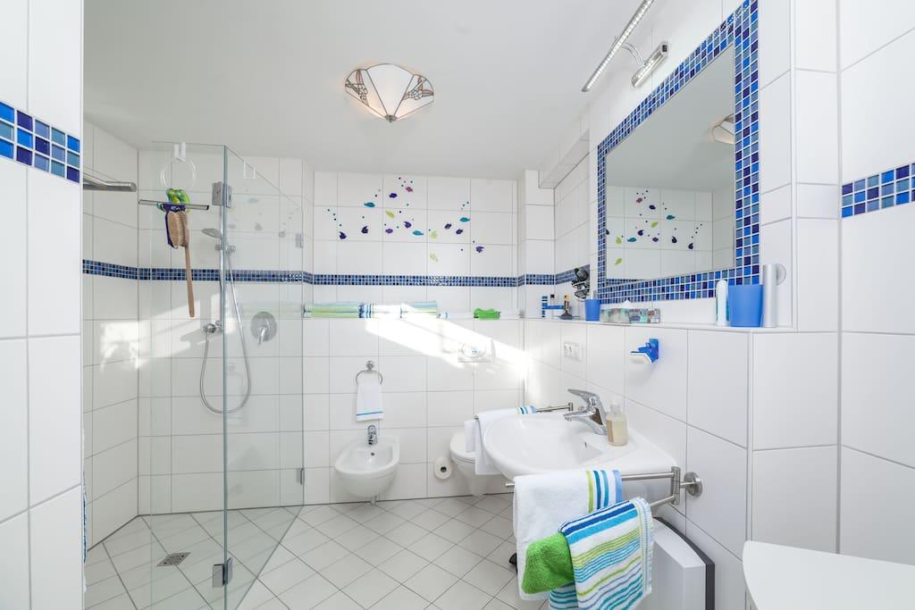 Das Bad mit Dusche und Bidet