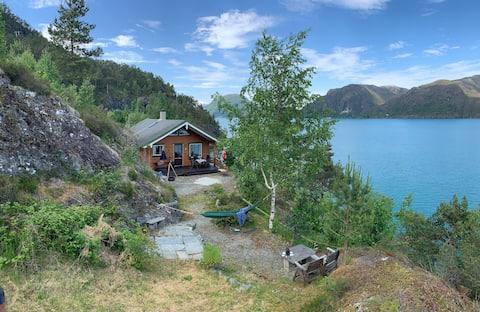 Uskjenert hytte ved Hardangerfjorden