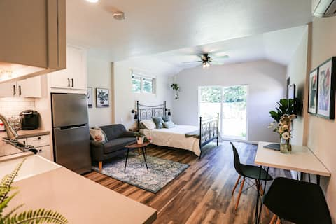 Brand new studio,  FULL kitchen, close to Disney.
