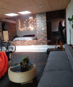 Habitación privada con parqueadero.
