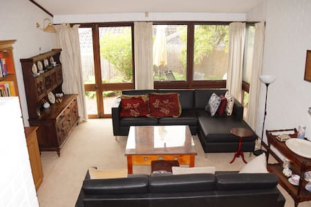 Peaceful home, separate floor to host, garden. - Dianella - House