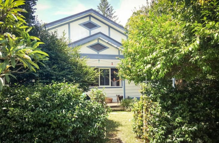 Cosy abode near Narrabeen beach, lagoon and buses