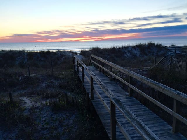 Beach House @Tiki OceanFront Qn Breakfast+Cocktail - Carolina Beach - Bed & Breakfast