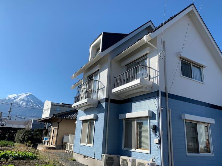 大型戸建てをまるごと貸切。都会を離れ富士山の麓で長期ステイ。お食事・お買物も便利。
