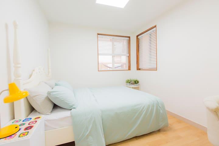 Master bedroom: queen size bed