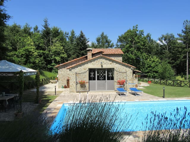 Beautiful converted Chestnut Barn with pool for 2 - Caprese Michelangelo - 別荘