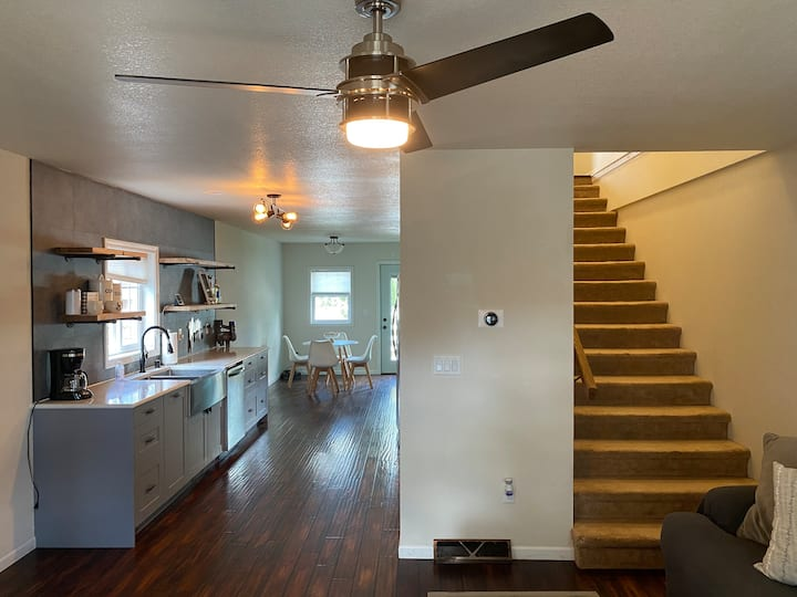 Modern Driftless Getaway. Dogs welcome!