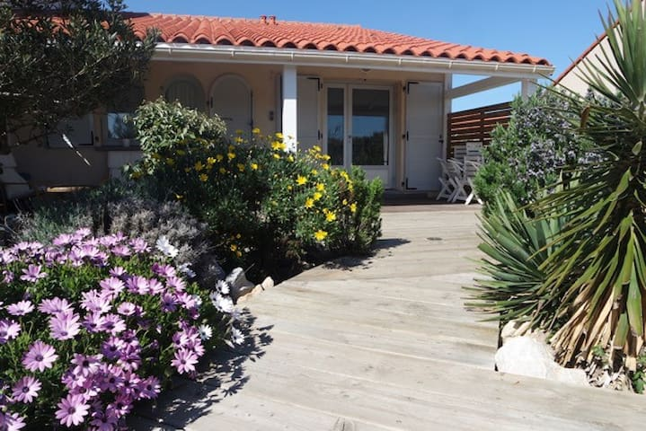 3* house with garden only 300m from beach.