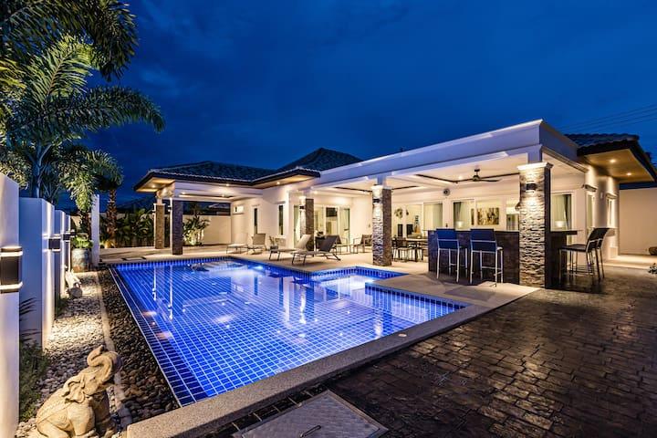 Beautiful villa with swimming pool & garden 415