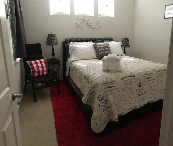 North Modesto - Comfy Queen bed Great for nurses!! - Modesto - Bed & Breakfast