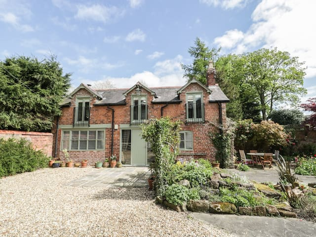 THE COACH HOUSE, luxury holiday cottage in Christleton, Ref 973597