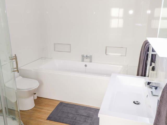 Bathroom with walk-in shower, bath, wc & sink