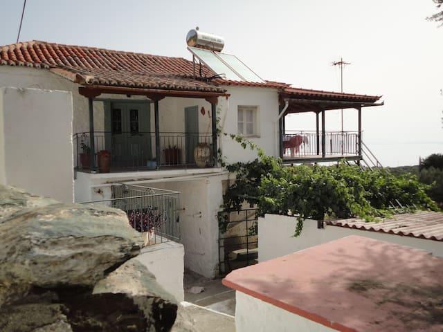 Παραδοσιακή διώροφη κατοικία - Pera Melana - House