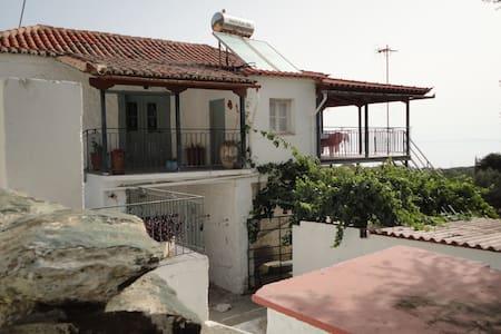 Παραδοσιακή διώροφη κατοικία - Pera Melana