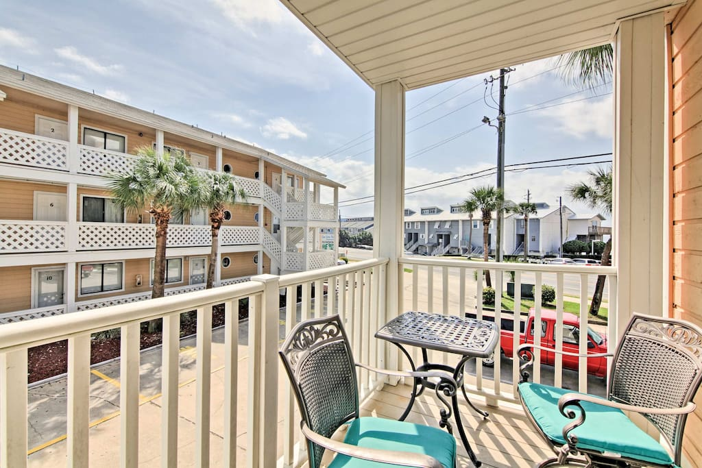 Take a beach vacation to this 1-bedroom, 1-bathroom vacation rental condo for 4.