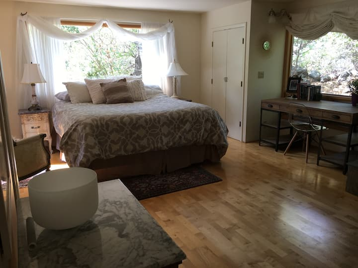 Charming Private Bed & Bath in Oak Creek Canyon