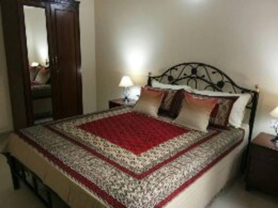 Bedroom : Queen size  bed.