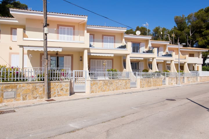 Cozy terraced house ten meters from the beach