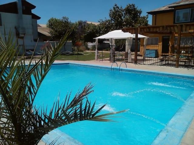 Casa con Piscina, Jardines, Quincho y más - Villa Alemana - Rumah