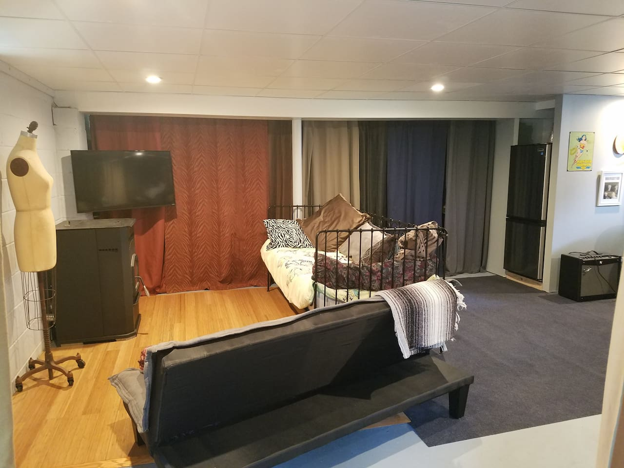 Studio with 2 single beds and a possible Queen inflatable mattress. (4 pers)