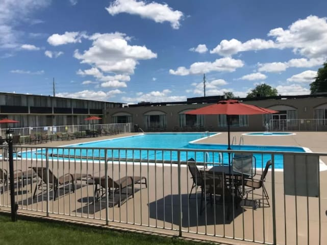 Fantastic Family Unit, Pool and Free Breakfast!
