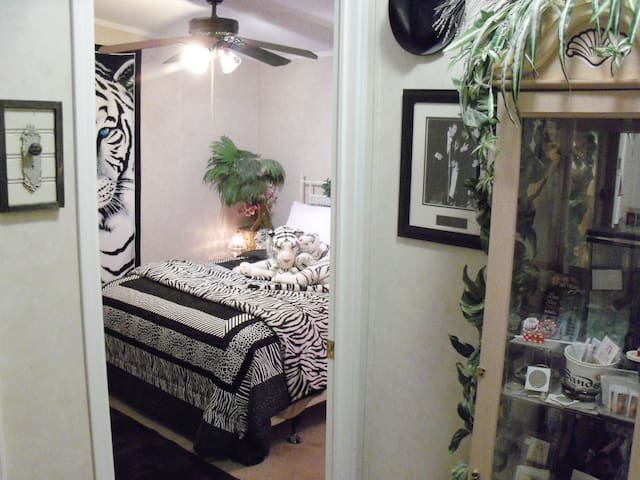 Queen Bed, Private Bath, Tiger Room- Death Valley - Pahrump - Casa