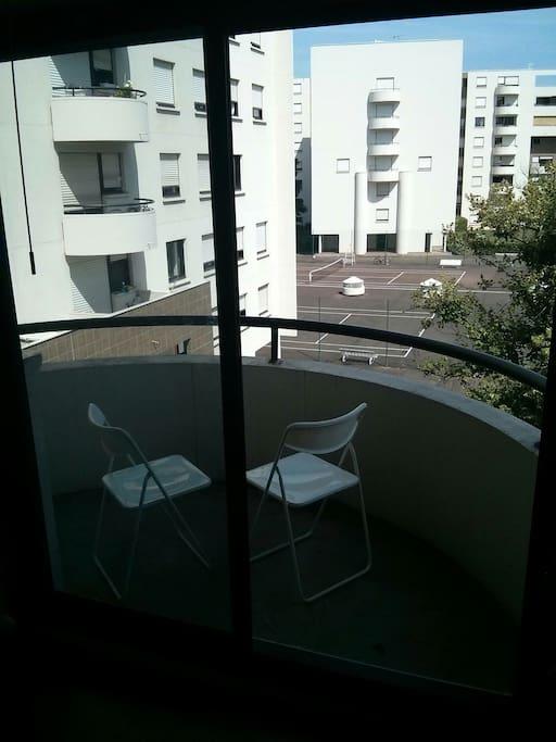 petit balcon donnant vue sur le terrain de tennis accessible gratuitement