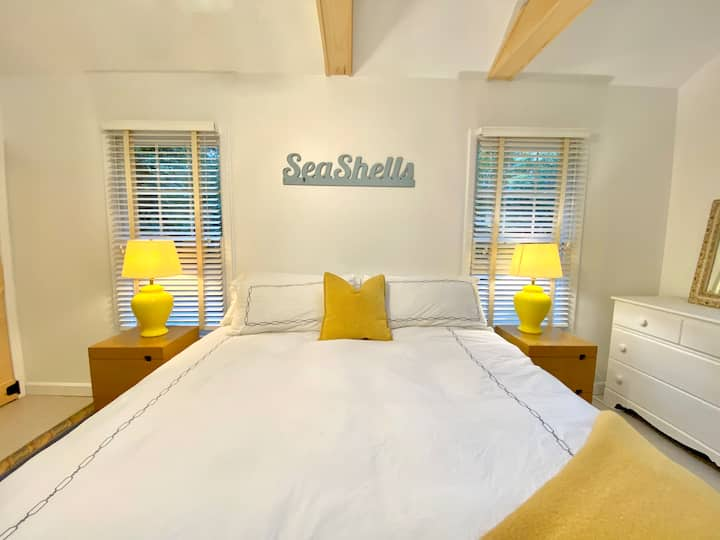 Sunny 1 bedroom Guest Suite w/private entrance
