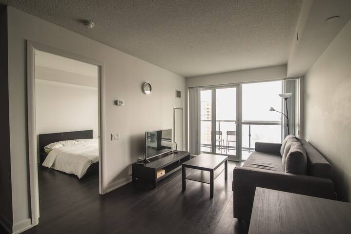 LUXURIOUS 1 BEDROOM IN HEART OF NORTH YORK - Toronto - Apto. en complejo residencial