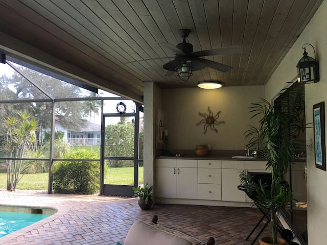 Spacious Waterfront Home with Pool - Coral Springs - House