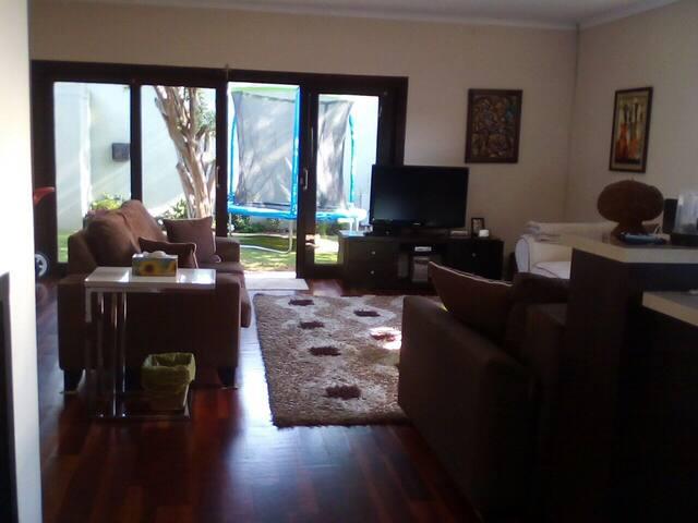 Warm, cozy private home in trendy Parkhurst