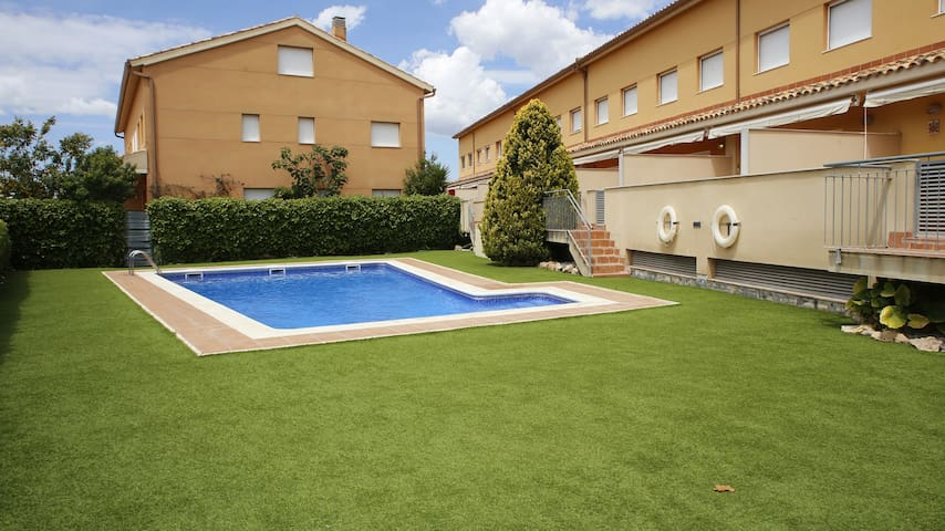 AT043 CAMÍ DEL POU: House with pool and air conditioning 700m from the beach