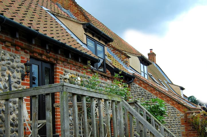 Traditional brick and flint Norfolk cottage - Norfolk - House