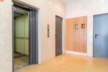 Entrada com 2 elevadores.