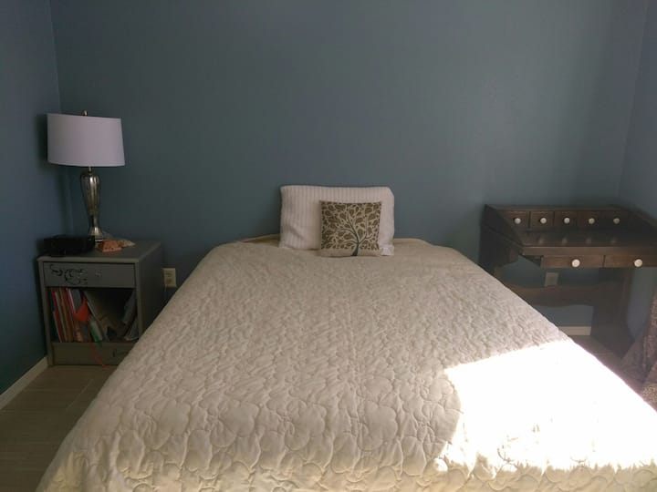 Lovely, lively private bed&bath located near I40!