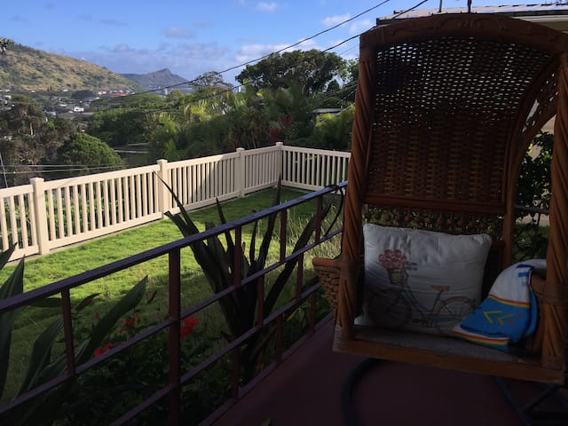 relax on the front porch with a view of Diamond head