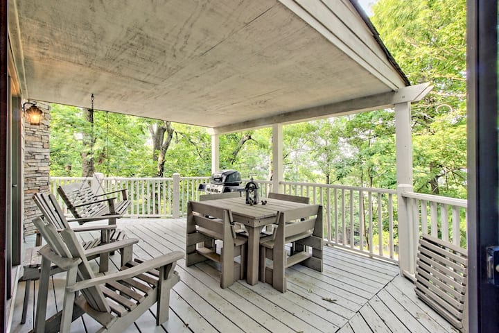 Secluded cabin w/ shared pool & on-site golf/basketball/tennis - dogs OK!