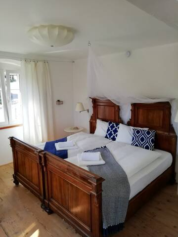 Erstes Schlafzimmer mit Queensize-Doppelbett. Prima camera da letto con letto matrimoniale queensize (largo). First bedroom with queensize double bed.