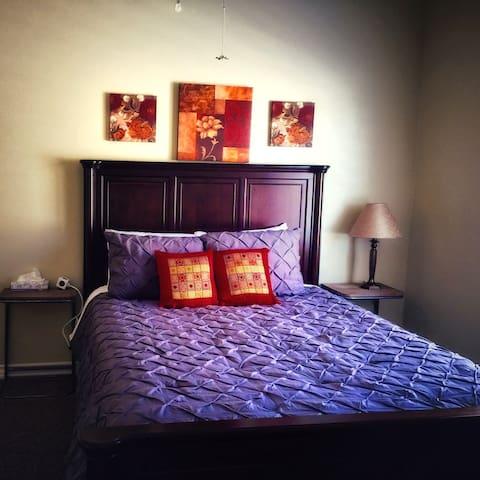 Bedroom 3 sleeps 3 - 1 queen bed and roll away