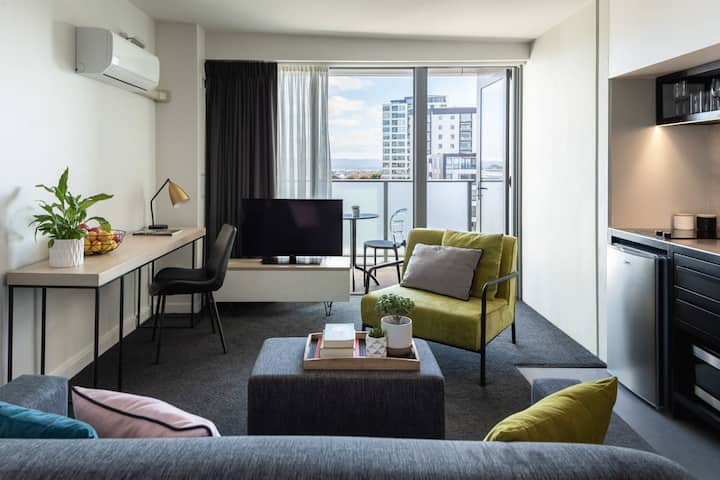 Spacious Studio for a Small Group w/Balcony + City Views