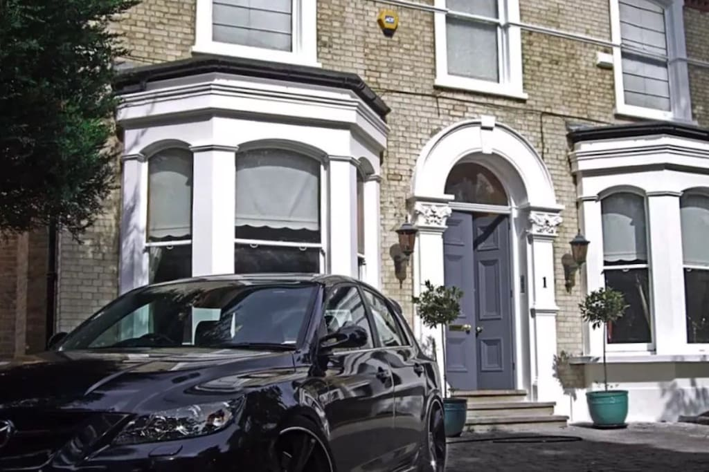 Beautiful house located in south Croydon,  8 minute walk fro the nearest station.  EAST Croydon station Is only 2 stops from central London Victoria and only takes roughly 14mins so you are very close to the tourist attractions