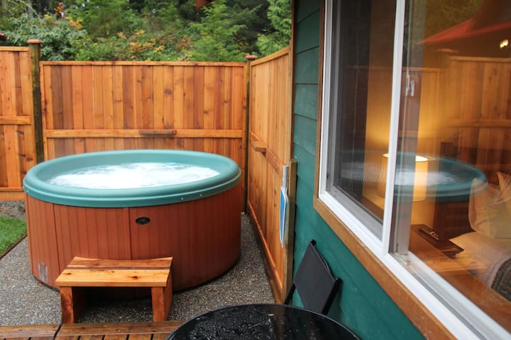 Oceanfront with Private Hot Tub / Gone with the Wind Cabin