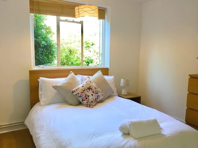 Beautiful 2 Bedroom Garden Apartment in London
