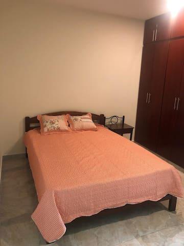 Habitación con cama doble y closet